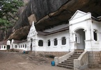 Khu đền nằm dưới khối đá khổng lồ