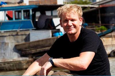 Vua đầu bếp tới Việt Nam bán hủ tiếu, bún riêu trên sông