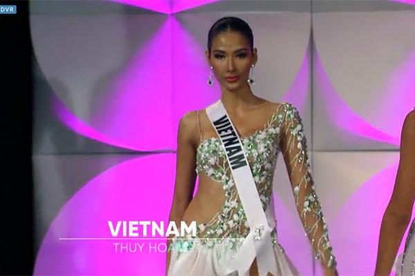Hoàng Thùy tự hào hô vang 'Việt Nam', các hoa hậu liên tục ngã vì trơn trượt