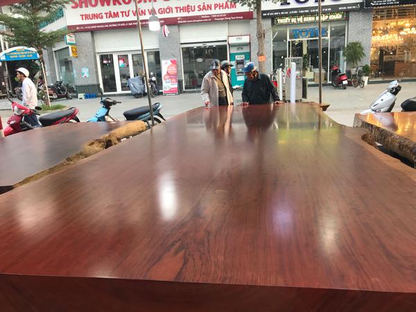 Choáng với chiếc sập làm từ gỗ quý nặng 5 tấn, giá hàng tỷ đồng ở Hà Nội