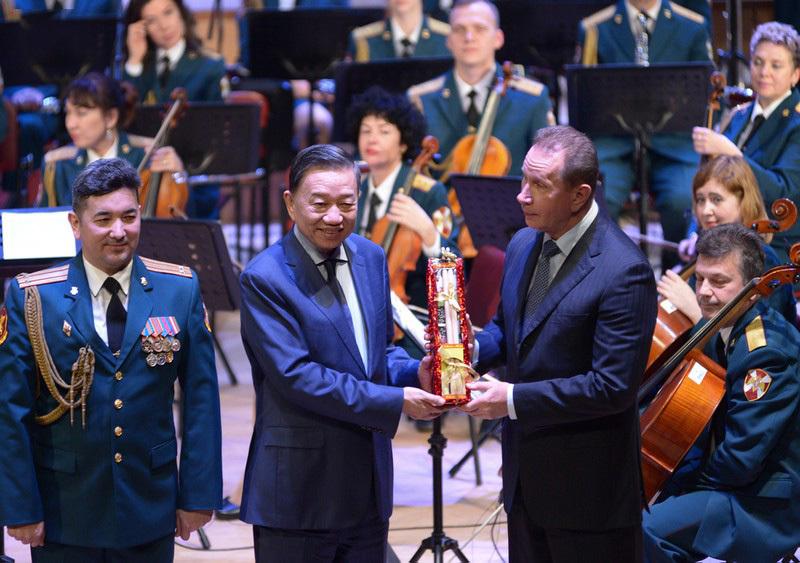 Nghệ sĩ Việt thăng hoa cùng dàn nhạc Lực lượng vệ binh quốc gia Nga