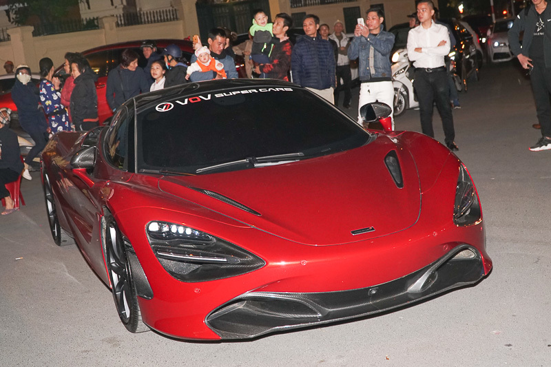Tuấn Hưng và đại gia Tùng Vàng hội ngộ cùng loạt siêu xe nổi bật phố Hà Nội