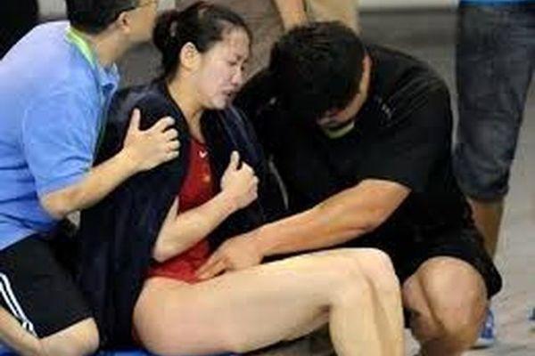 Nữ kình ngư ngã gục vì thi đấu trong ngày 'đèn đỏ'