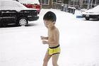 Ông bố bắt con 4 tuổi cởi trần chạy trong tuyết, tự chèo thuyền ra biển