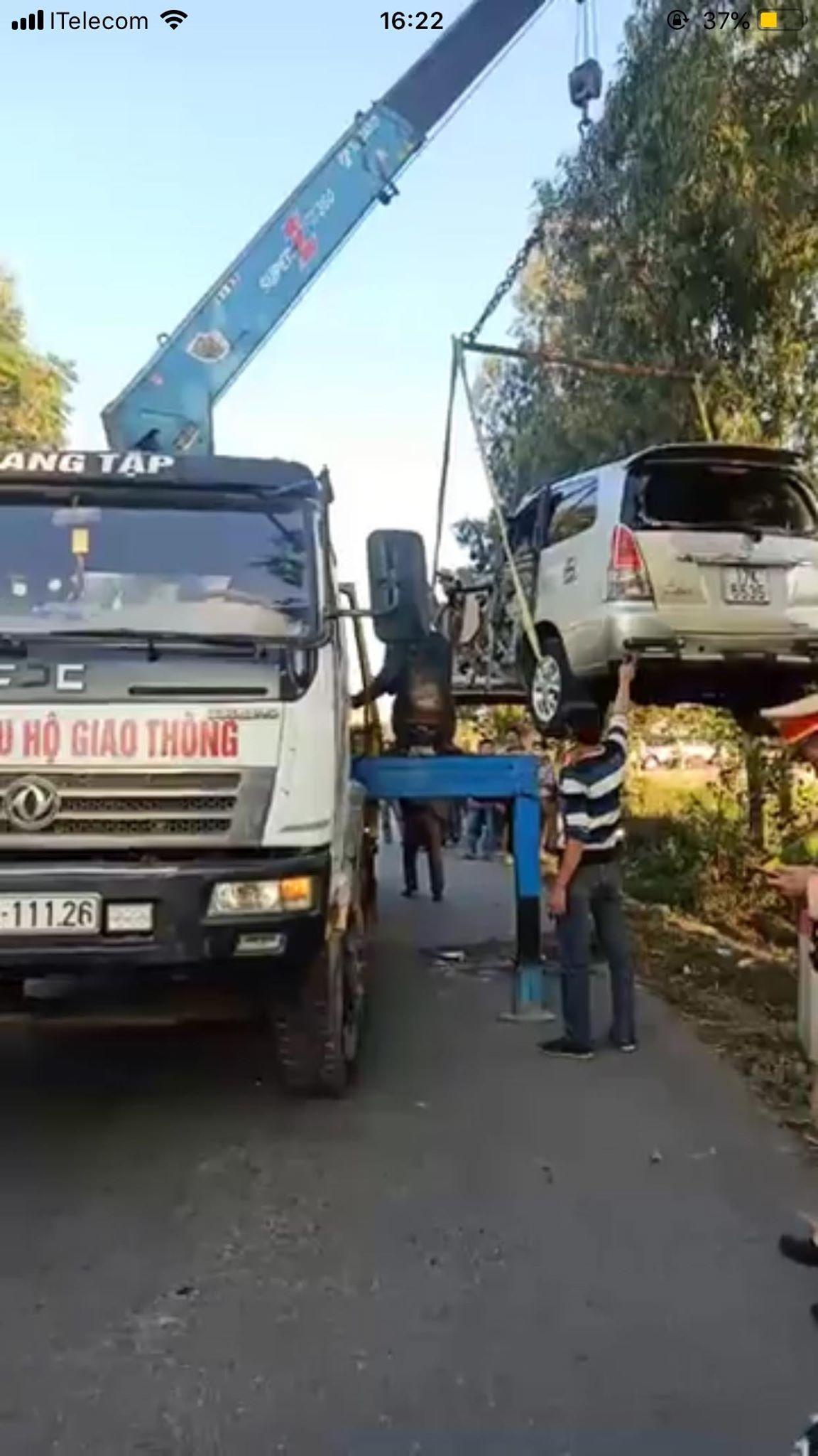 Xe Innova đâm lật xe tải ở Thái Bình, 6 người bị thương nặng