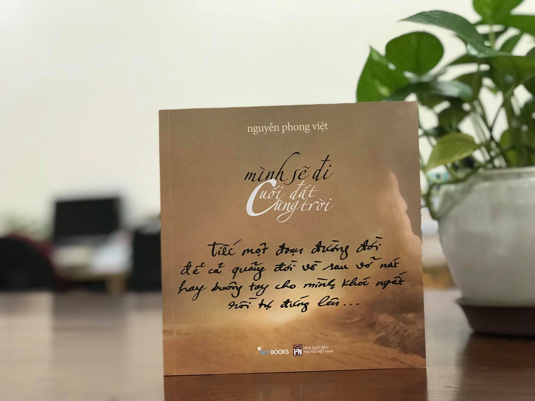 Nhà thơ Nguyễn Phong Việt ra mắt tập thơ 'Mình sẽ đi cuối đất cùng trời'