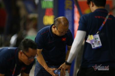 U22 Việt Nam và thầy Park dọn rác sau khi thắng Campuchia