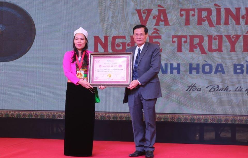 Mâm cỗ lá đặc sắc xứ Mường xác lập kỷ lục Việt Nam