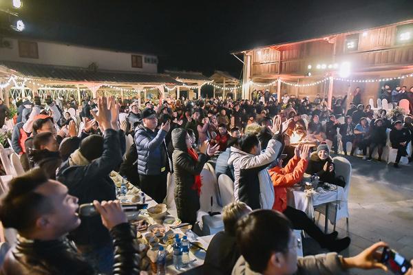 Lạc giọng vì cổ vũ bóng đá ở nơi đặc biệt nhất Việt Nam