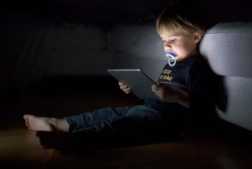 Bé trai 4 tuổi có hành động thân mật bất thường sau khi xem YouTube