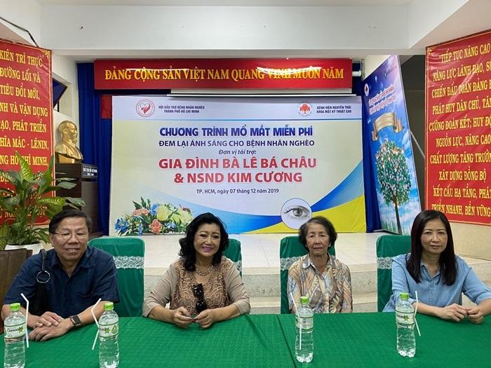 Vừa xuất viện vì nhồi máu cơ tim, NSND Kim Cương giúp bệnh nhân nghèo