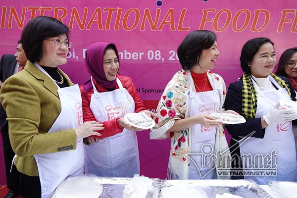 Các nhà ngoại giao rộn ràng thi cuốn nem trong lễ hội ẩm thực quốc tế
