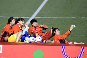 Tuyển nữ Việt Nam nhí nhảnh trên bục nhận HCV SEA Games