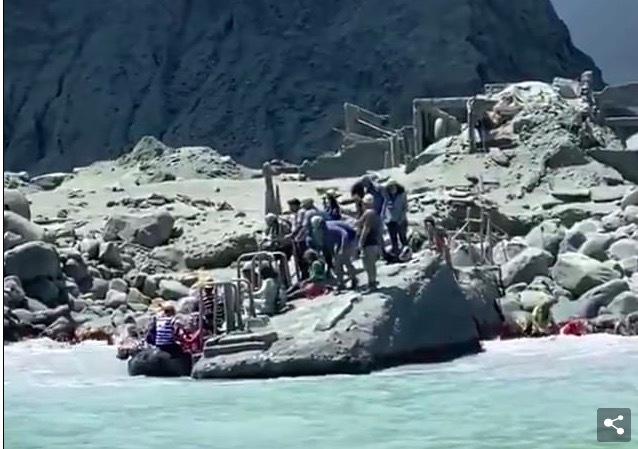 Núi lửa New Zealand phun trào, nhiều du khách kẹt bên trong