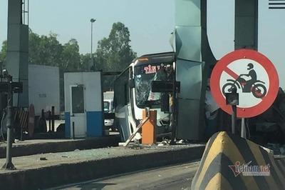 Xe khách tông nát cabin trạm thu phí cao tốc Trung Lương