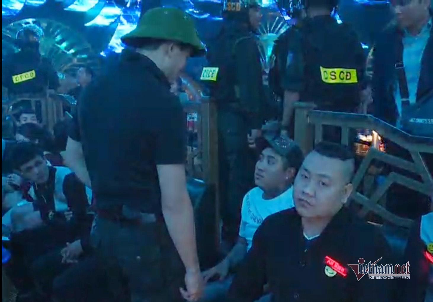 Clip tân Giám đốc Công an Đồng Nai đội mũ cối đột kích quán bar