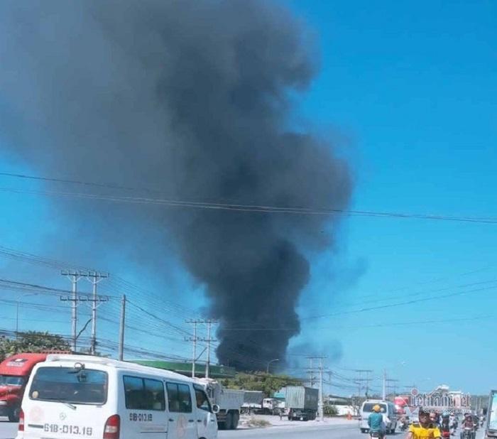 Khói đen bốc dữ dội từ đám cháy công ty sản xuất bàn ghế ở Bình Dương