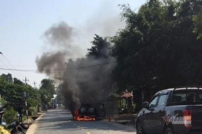 Nữ tài xế ở Quảng Bình bất lực nhìn xe Ford Ranger cháy trơ khung