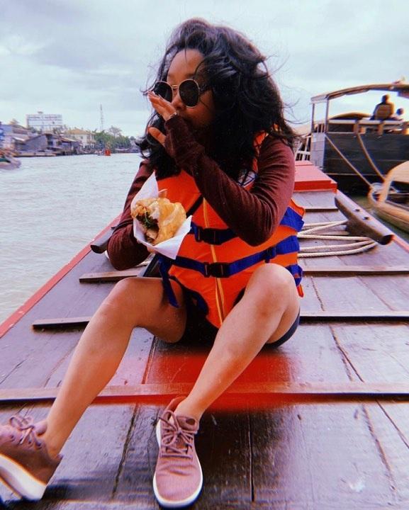 Cô gái mồ côi Cần Thơ nổi danh Hollywood khoe ảnh về Việt Nam ăn bánh mì