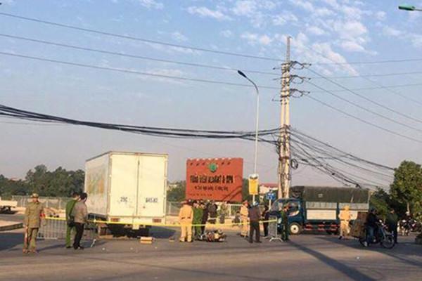 Tông vào xe tải đang sang đường ở Hà Nội, 2 mẹ con thương vong