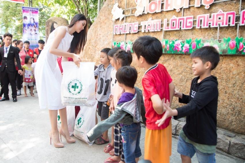 Tiểu Vy diện váy tinh khôi mừng hạnh phúc 100 cặp đôi khuyết tật