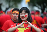 Bóng hồng Việt khoe sắc tiếp lửa U22 Việt Nam