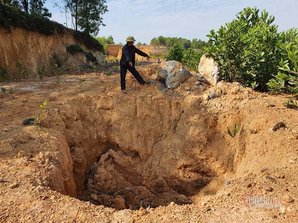 Hàng chục hố bí mật chôn chất lạ hôi thối ngay núi Sú ở Sóc Sơn