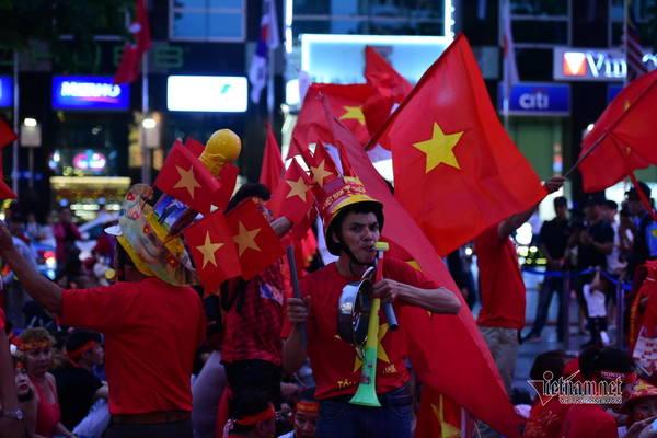 Gõ nồi xoong vang phố đi bộ Nguyễn Huệ cổ vũ tuyển U22 Việt Nam