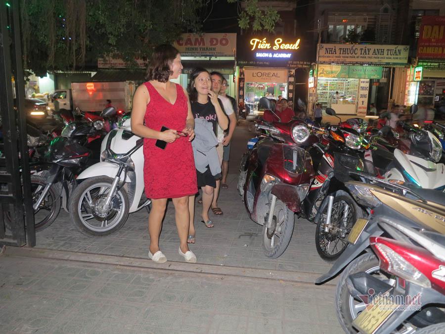 Bố mẹ Tiến Linh phải bưng bê, giữ xe giữa lúc con trai lăn lộn trên sân