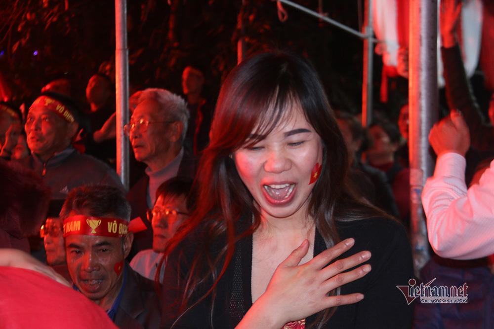 Ấn tượng SEA Games 30: Bố Văn Hậu bật khóc, mẹ Văn Toản hôn ảnh con trai