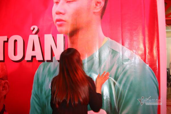 Nụ hôn của mẹ thủ môn trẻ nhất U22 Việt Nam dành tặng con trai