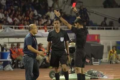Video HLV Park Hang Seo nhận thẻ đỏ vì phản ứng gắt