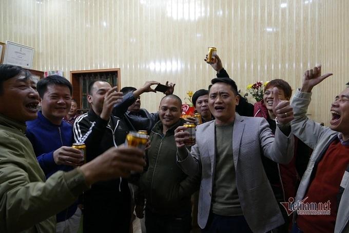 Người hâm mộ vượt 500 km về Thái Bình gặp gia đình Văn Hậu