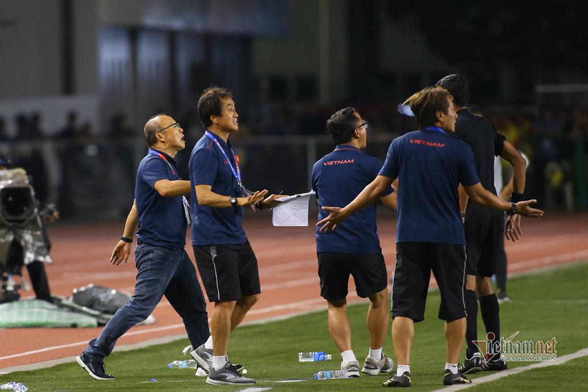 Bảo vệ học trò, thầy Park nổi giận với trọng tài