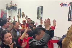 Gia đình tiền vệ Đỗ Hùng Dũng vỡ òa trong niềm vui chiến thắng