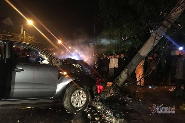 Đi bão ăn mừng U22, xe bán tải đâm gãy cột điện, 2 người nhập viện