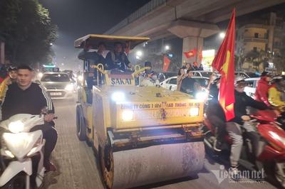 Cưỡi xe lu, ba gác đi bão mừng U22 Việt Nam vô địch SEA Games