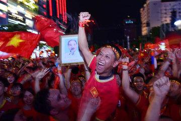 U22 Việt Nam thắng lịch sử, biển người hò khản cổ ở phố đi bộ Sài thành