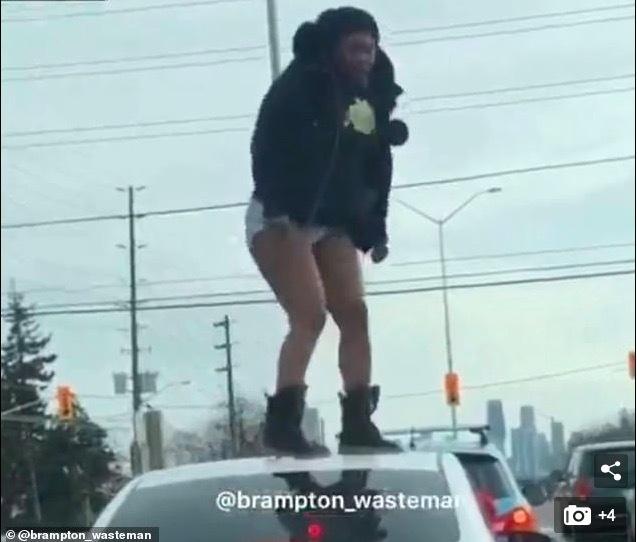 Cô gái mặc khêu gợi dậm chân điên cuồng trên nóc ô tô