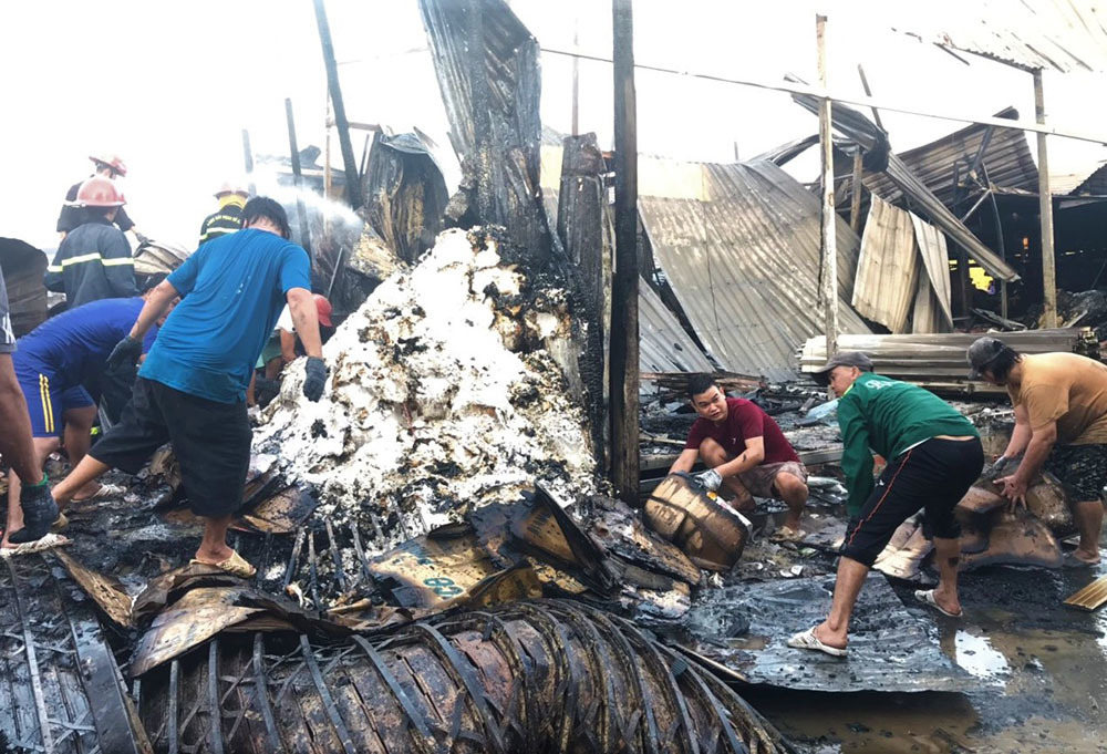 Cháy dãy nhà 12 căn, bé gái 14 tuổi mắc kẹt tử vong