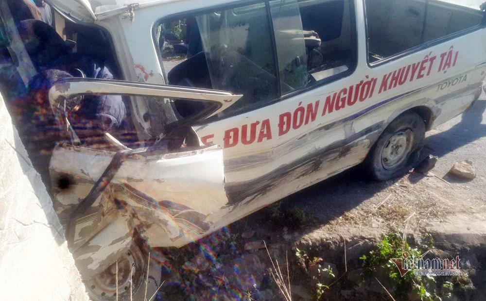Ô tô đoàn nghệ thuật tình thương lao vào vách núi, 2 người chết