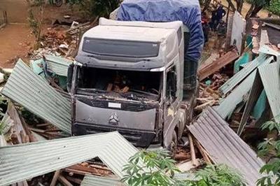 Xe container mất lái tông sập nhà dân, 2 vợ chồng bị cuốn vào gầm