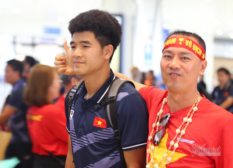 Những người hùng U22 và tuyển nữ Việt Nam rộn ràng về nước