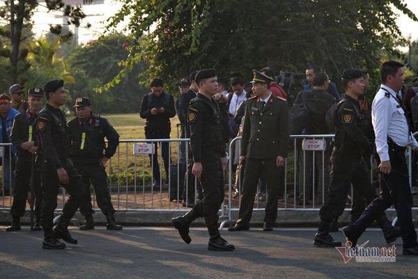 An ninh thắt chặt ở sân bay Nội Bài chờ đón những người hùng về nước