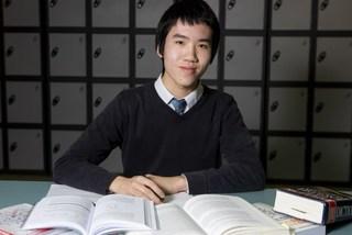 Cậu bé mê Toán nhận bằng thạc sĩ ở tuổi 15