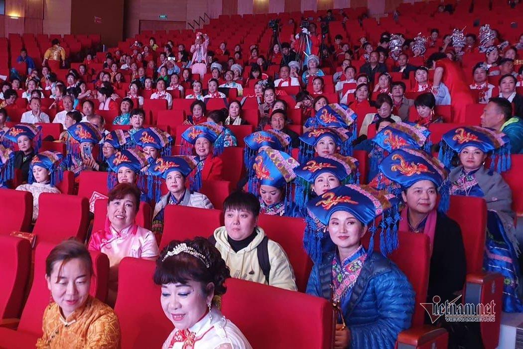 Quảng Ninh lệnh dừng ngay ca múa nhạc của hàng trăm du khách Trung Quốc