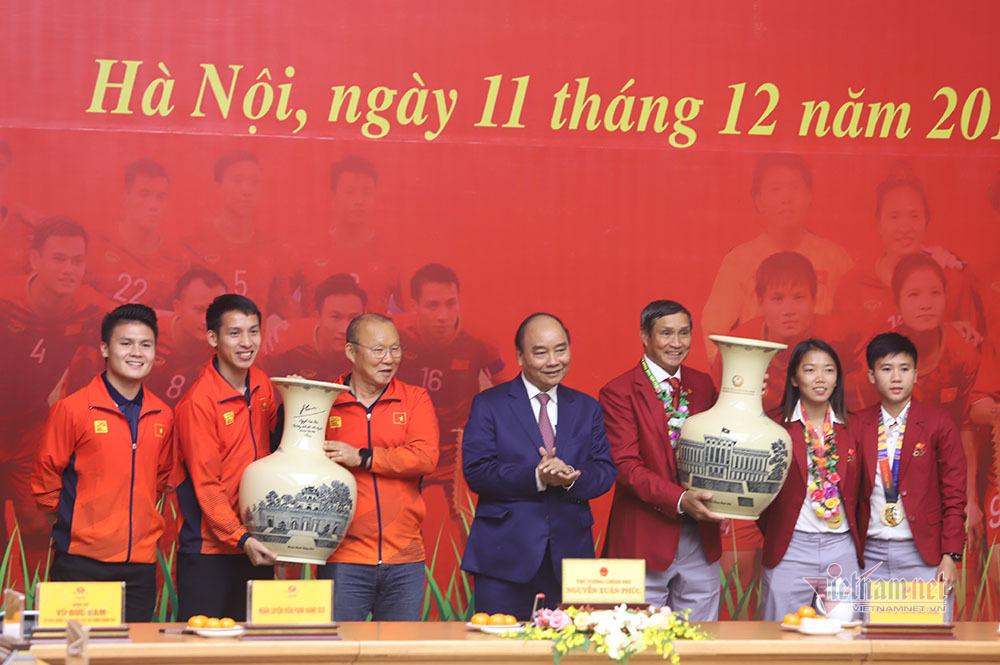 Thủ tướng cảm kích khi HLV Park Hang Seo chấp nhận thẻ đỏ bảo vệ học trò