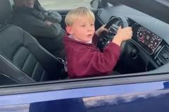 Cậu bé 6 tuổi lái ô tô mượt không thua gì người lớn