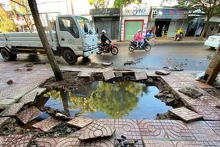 Clip: Kinh hoàng cảnh ống nước nổ tung, cả người và xe máy cùng lao xuống hố sâu