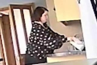 Khoảnh khắc mẹ đơn thân phát hiện bạn thân trộm tiền trong ví